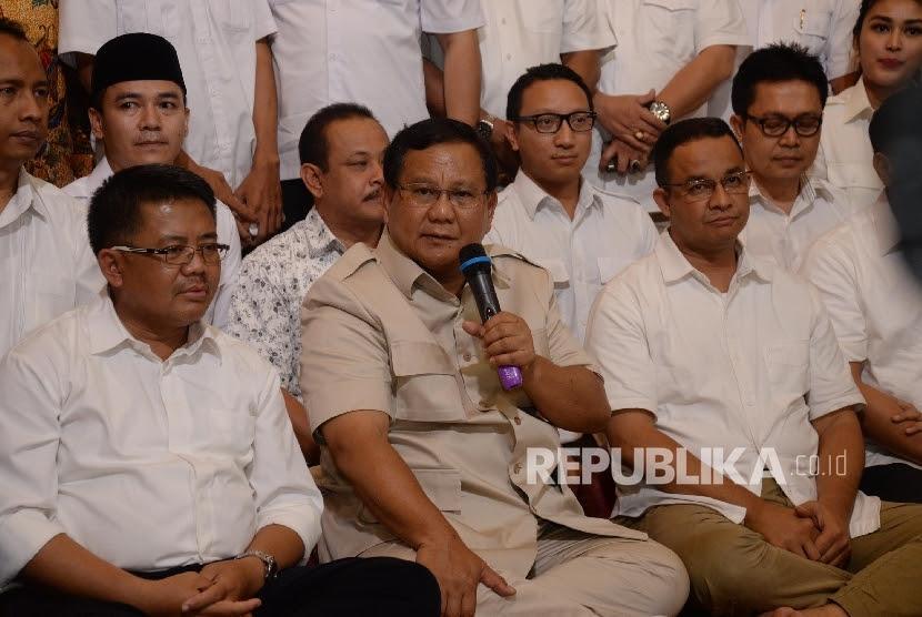 Ketua Umum Partai Gerindra Prabowo Subianto (tengah) bersama Presiden Partai Keadilan Sejahtera (PKS) Sohibul Iman (kiri).