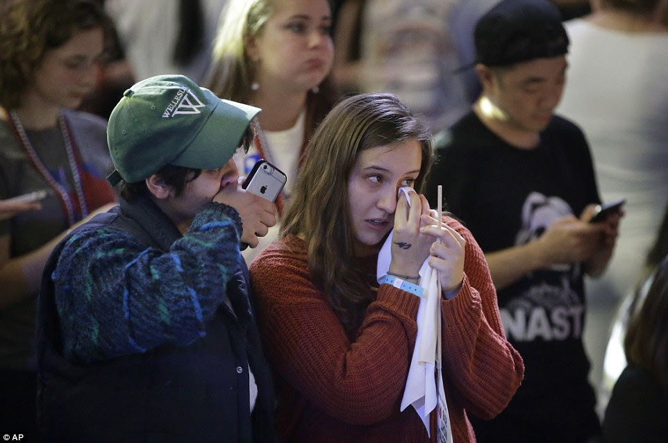 estudantes e simpatizantes de Hillary Clinton Kumari Devarajan Wellesley College, de Washington, à esquerda, e Diana Castillo, de Elgin, Illinois, certo, limpar as lágrimas, enquanto vêem retornos eleitorais na televisão durante uma festa relógio no campus da Universidade de Wellesley