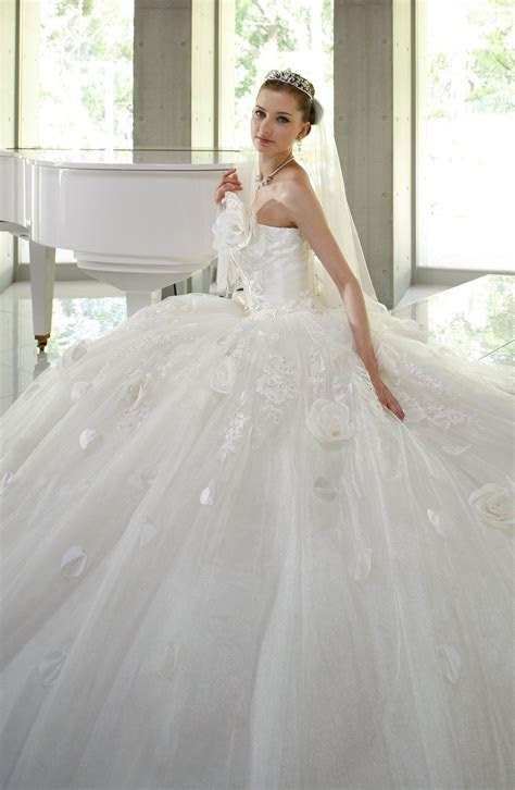 Huge dress! I probably wouldn't go for this but wow