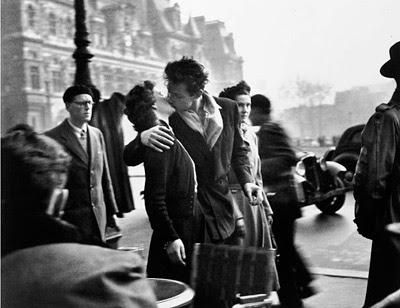 Beso enfrente del Palacio del Ayuntamiento.