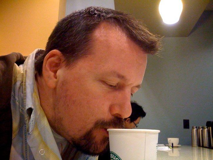 dando sorbos al cafe