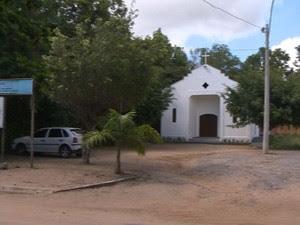 Criança é baleada em táxi clandestino, próximo à igreja católica, na Serra (Foto: Reprodução/ TV Gazeta)