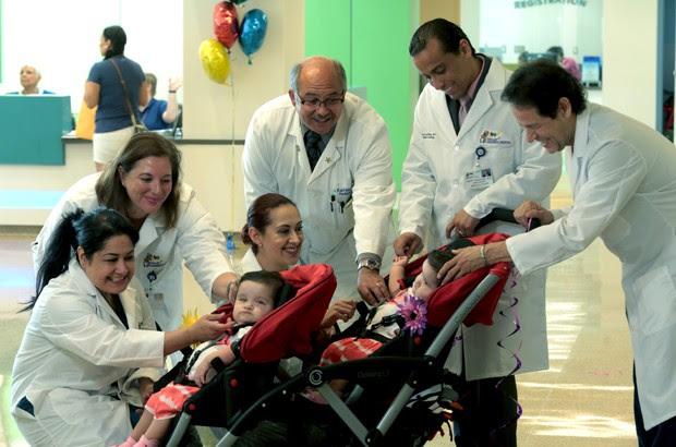 Irmãs se despedem da equipe médica (Foto: Driscoll Children's Hospital via AP)