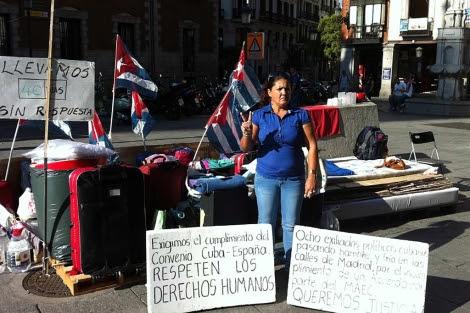 Una familiar del preso cubano durante su protesta frente a Exteriores. (J.M. Robles)