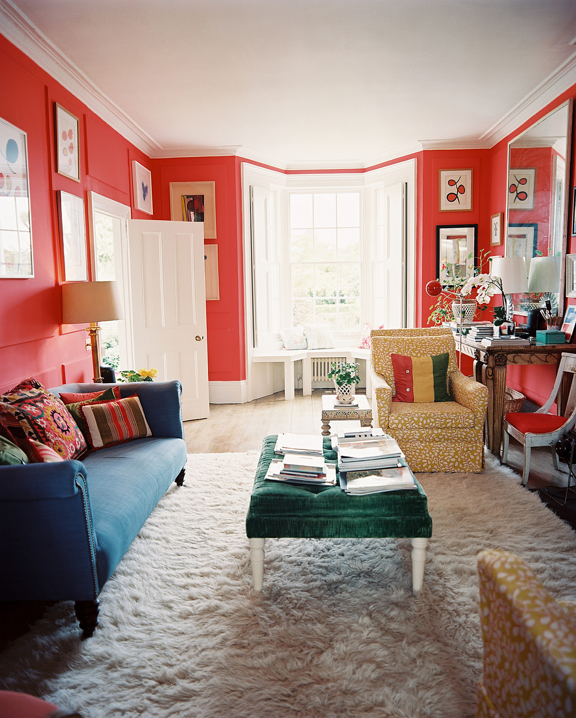 Rich blue walls and red sofa with dark wood floors | İnterior ...