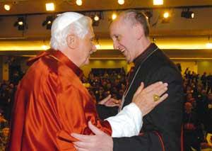Benedicto XVI con el cardenal  Jorge Mario Bergoglio durante  los trabajos de la V Conferencia general del episcopado latinoamericano y del Caribe, en el santuario de Nuestra Señora de la Concepción Aparecida,  Brasil,  el 13 de mayo de 2007