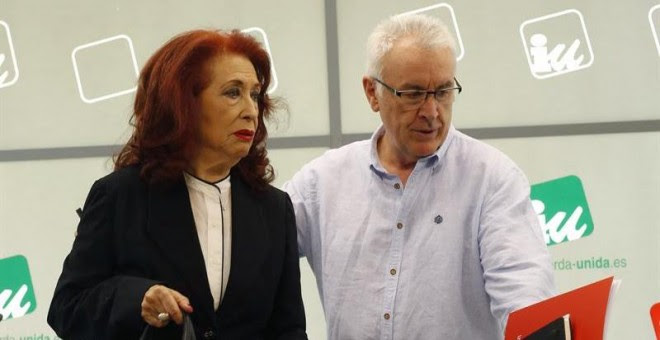 El coordinador federal de IU, Cayo Lara, junto a Lidia Falcón, presidenta del Partido Feminista, antes de anunciar al incorporación en IU.- EFE/Paco Campos