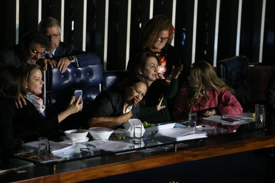 Senadoras comem marmita no plenário