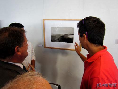 Exposição coletiva de Fotografia «Figueira da Foz, aqui sou feliz» - Autor a explicar a fotografia ao Presidente João Ataíde [en] Exhibition of Photography «Figueira da Foz, I am happy here»
