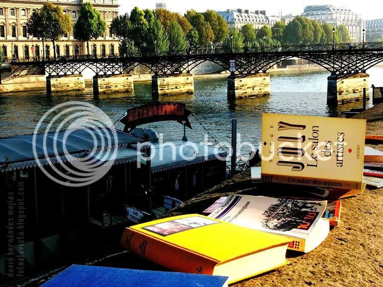 Libros dejados sobre los muros que dan al Sena en París (Francia) para que otros los lean