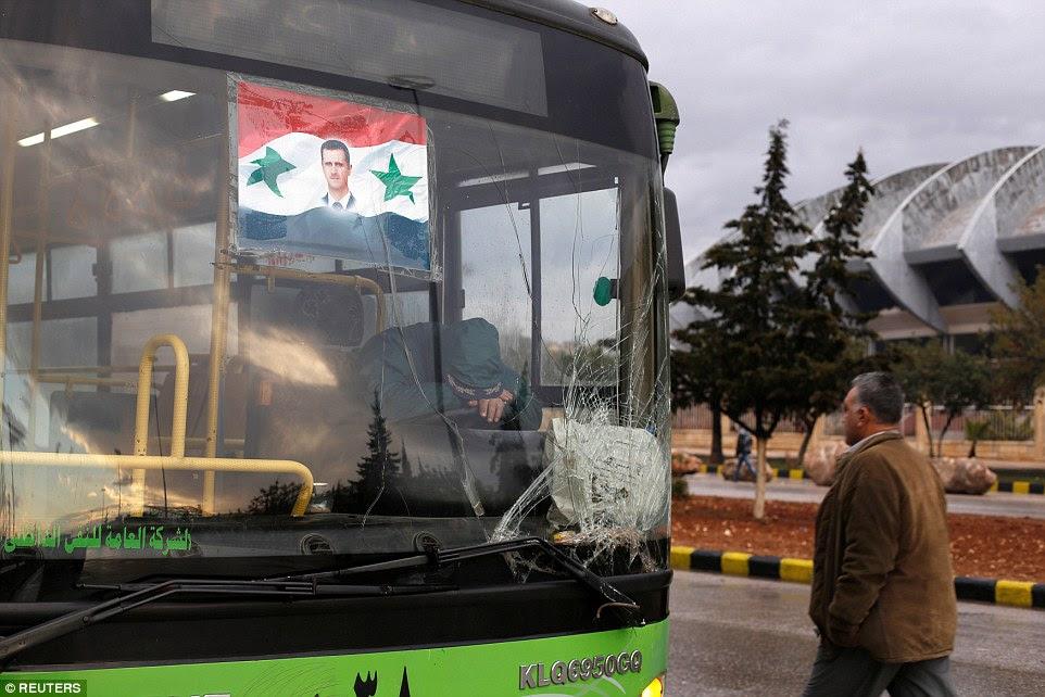 Ônibus pretendia tomar rebeldes e civis de Aleppo voltaram para depósitos - sinalizando o colapso da trégua como luta feroz foi relatado para ter retomado esta manhã (foto)