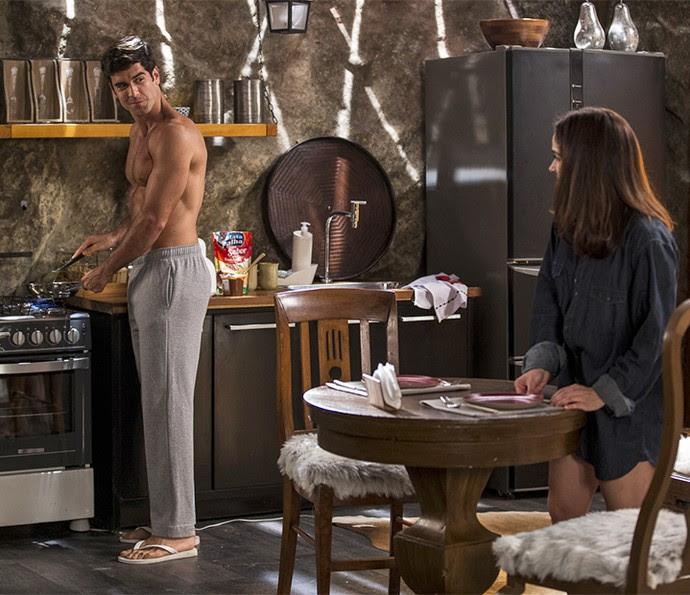 Os dois preparam o café da manhã no maior clima de romance (Foto: Ellen Soares/Gshow)