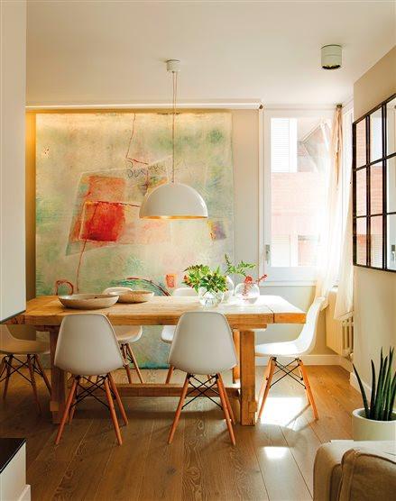 Comedor con gran cuadro abstracto