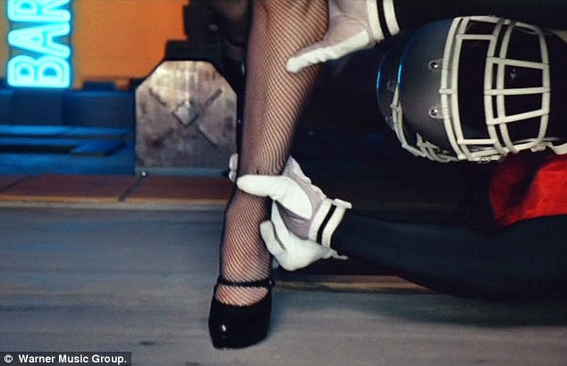 Tackle Fair?  Um jogador agarra fishnets Madonna marca