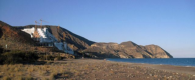 El hotel construido por Azata del Sol en el paraje de El Algarrobico. | M.C.