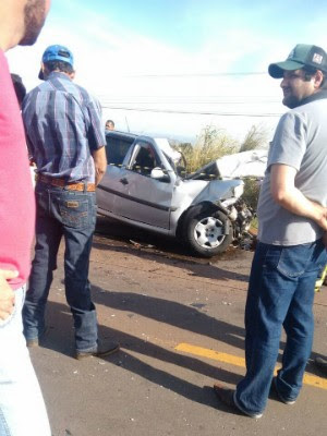Veículo em que a mulher estava (foto) bateu em caminhão e rodou na pista (Foto: Arquivo pessoal)