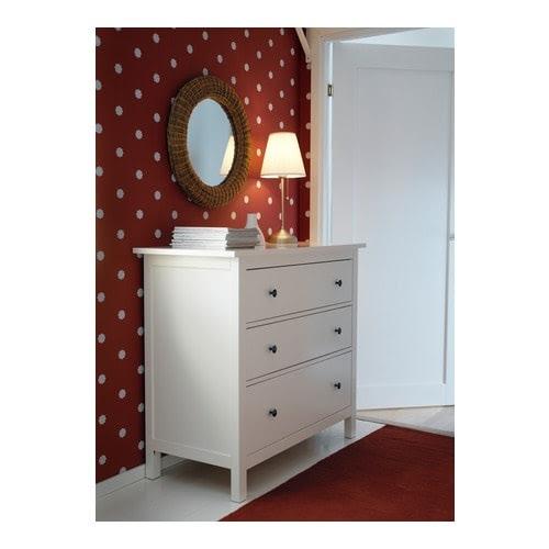 HEMNES Komoda se 3 zásuvkami IKEA Zvlášť hluboké zásuvky nabízejí spoustu úložného prostoru. Hladce výsuvné zásuvky se zarážkou.
