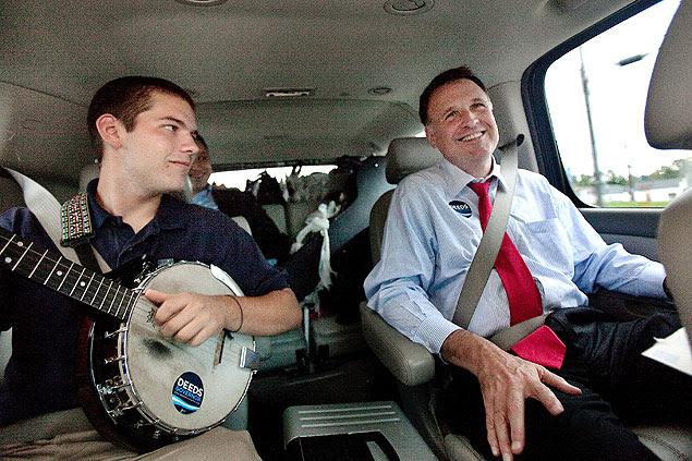 """Foto de 2009 mostra o senador Creigh Deeds ao lado do filho Austin """"Gus"""" Deeds"""