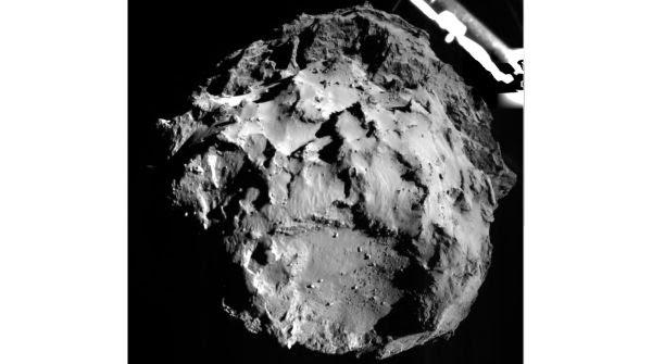 La cometa ripresa poco prima della discesa dal lander Philae, a circa 3 km di altezza (foto: ESA/Rosetta/Philae/ROLIS/DLR)