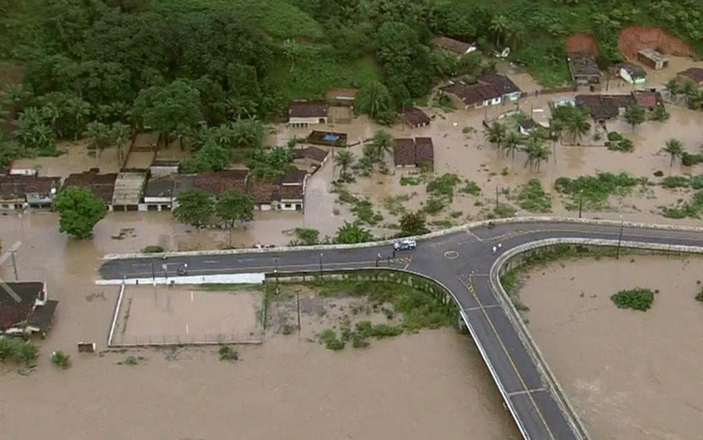 Enchente em Barreiros (PE) (Foto: Reprodução/TV Globo)