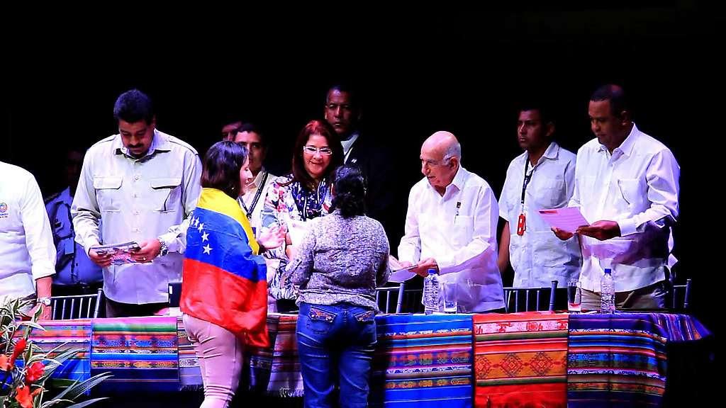 Entrega del Documento al Presidente Maduro