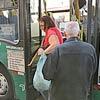 Passageira desembarca de ônibus; fim de linha é alvo de críticas