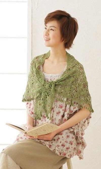 Crochet lacy shawl made of squares - free pattern - Japanese
