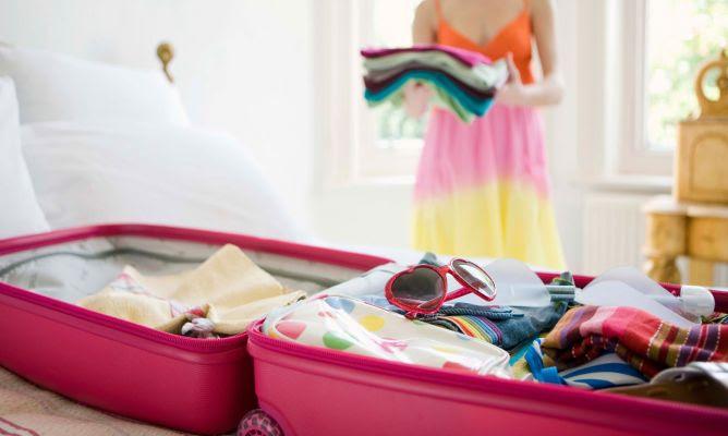 Resultado de imagen para GIFS DE CHICAS VIAJERAS armando una maleta