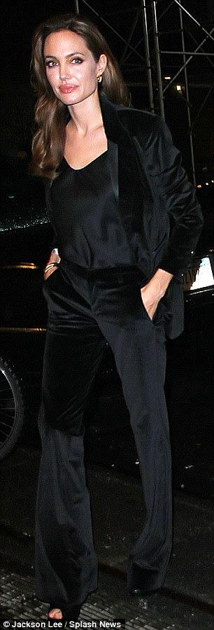 Black tie: Angelina olhou chique em um terno de veludo smoking-estilo como ela saiu para jantar em Nova York