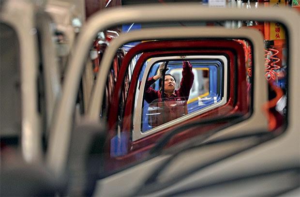 CONECTADOS Fábrica de caminhões na China. O que ocorre do outro lado do mundo nos beneficia e nos prejudica (Foto: Jianan Yu / Reuters)