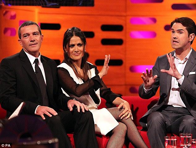Fale com a mão, porque o cara não está escutando: Salma oferece uma palma para Jimmy como ela olha impressionado com sua piada