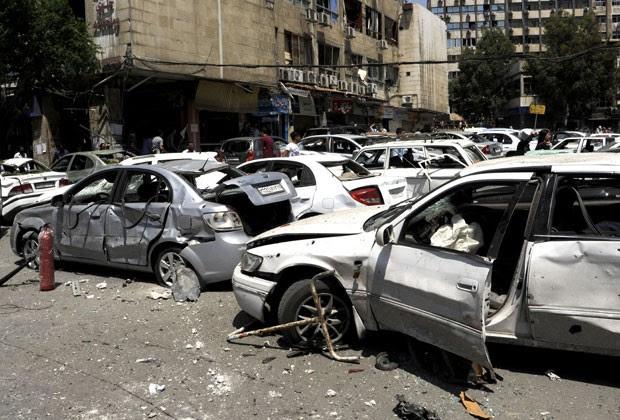 Veículos foram danificados em explosão de carro-bomba no centro de Damasco (Foto: Sana/AP)