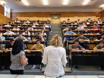 Cientos de alumnos se presentaron el verano pasado a las pruebas de acceso a la universidad en la Complutense de Madrid. MÓNICA PATXOT.