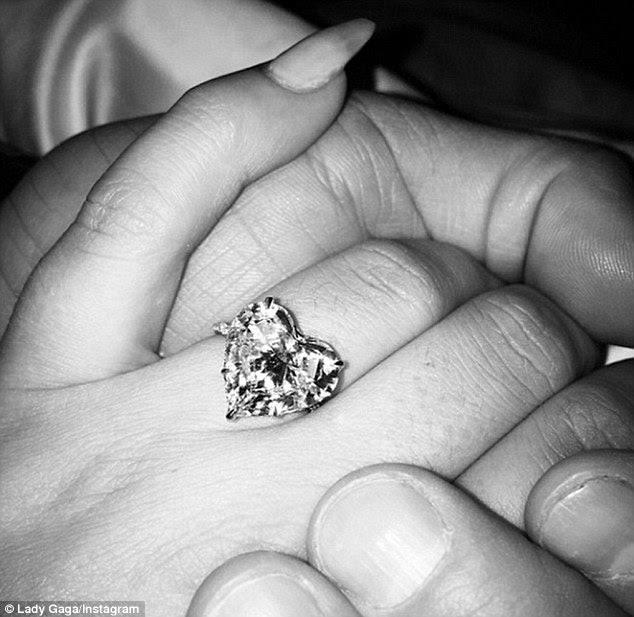 Impressionante: Os dois foram envolvidos no Dia dos Namorados de 2015, Gaga levou para Instagram para mostrar orgulhosa fora do sparkler desenhado pelo joalheiro para as estrelas Lorraine Schwartz e contou com uma configuração cravejado de diamantes