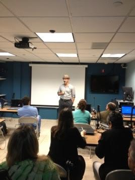 Henken imparte una conferencia sobre internet en Cuba.