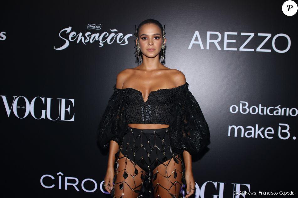 Bruna Marquezineapostou em um modelito da grife Le Lis Blanc: cropped ombro a ombro e saia com pedrarias, deixando sua hot pants em evidência