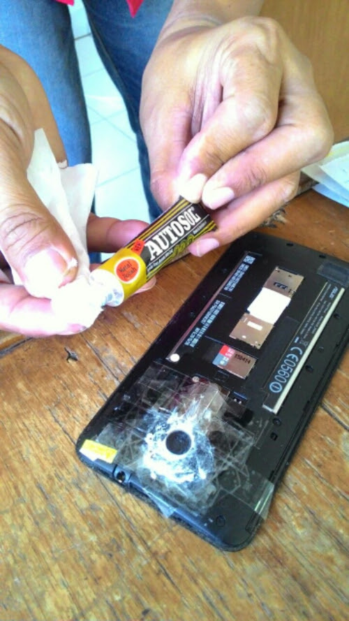 Tips menghilangkan goresan di kaca kamera HP