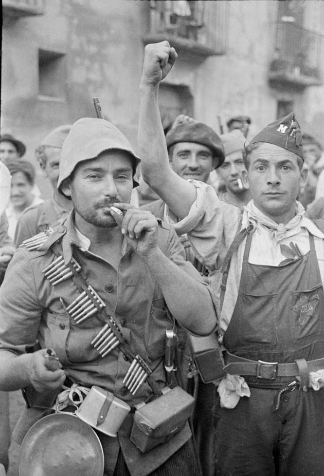 Tras su edición original en inglés, llega la versión española de 'Almas vivas', un libro de fotografías de la Guerra Civil, en su mayoría inéditas, que tomó un voluntario inglés del bando republicano, Alec Wainmann. En la imagen, milicianos republicanos del frente de Aragón, el 12 de septiembre de 1936.