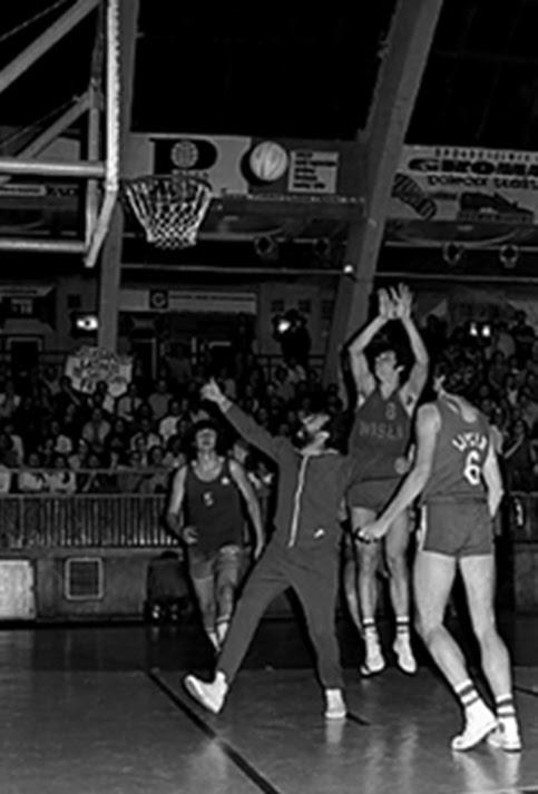 En las fotografías se profundiza en la figura de uno de los hombres más importantes de la historia de la isla. En una de sus otras facetas se le ve jugando baloncesto en Cracovia, Polonia, 1972.