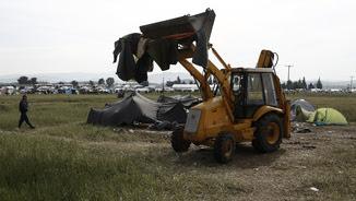 Excavadores dins el camp de refugiats d'Idomeni (Reuters)