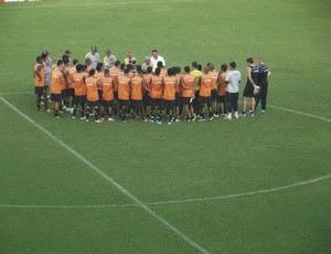 Givanildo reuniu o elenco para conversar antes do treino (Foto: Matheus Magalhães/GLOBOESPORTE.COM)