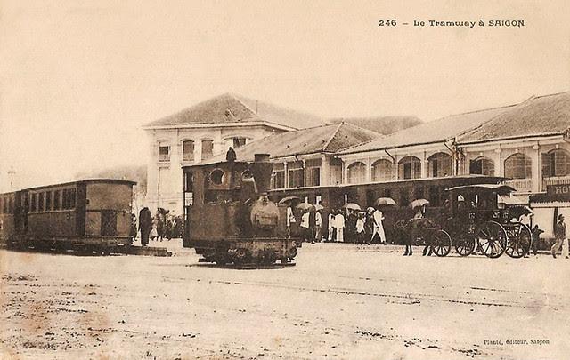 LE TRAMWAY A SAIGON - Xe điện (còn chạy bằng đầu máy hơi nước) tại trạm trên đường Charner