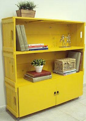 Livreiro com design de Sarita Ávila imitando caixotes de feira
