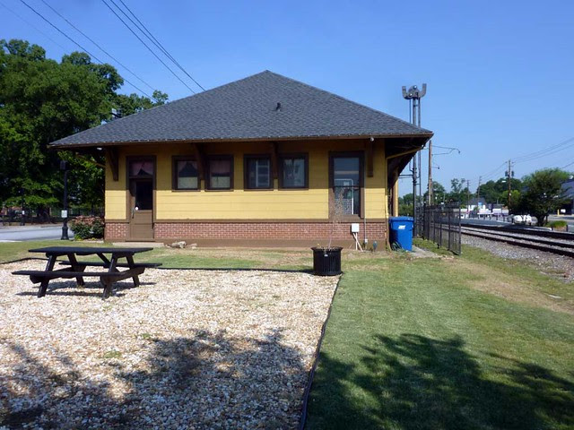 P1100999-2011-05-20-Hapeville-RR-Depot-Museum-Historical-Society