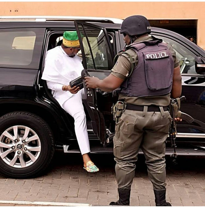 Between E-money And His Security At Lagos Airport Today (photos)