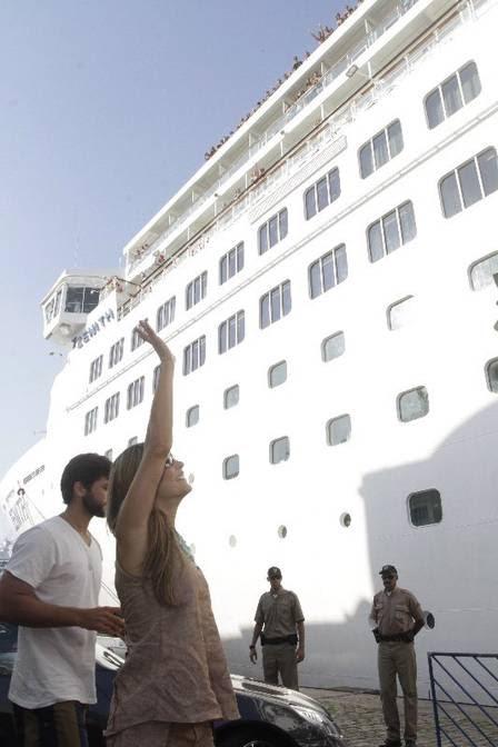 Claudia cumprimenta os passageiros do navio
