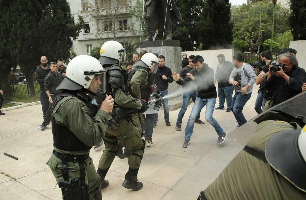 Αποτέλεσμα εικόνας για Επεισόδια στο αντιπολεμικό συλλαλητήριο – Προσπάθησαν να ρίξουν το άγαλμα του Τρούμαν