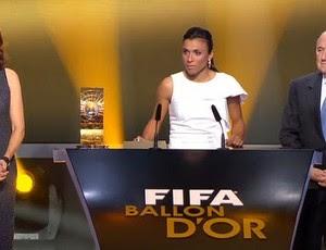 marta com trofeu de melhor jogadora do mundo - fifa