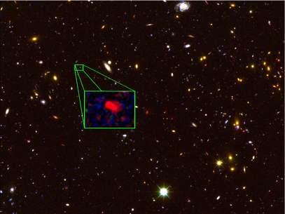 Imagem feita pelo telescópio Hubble mostra região no céu do norte. Praticamente todos os objetos vistos são galáxias e, no detalhe, aparece z8_GND_5296, confirmada como a galáxia mais distante conhecida Foto: V. Tilvi (Texas A&M), S. Finkelstein (UT Austin), the CANDELS team, e HST/NASA / Divulgação