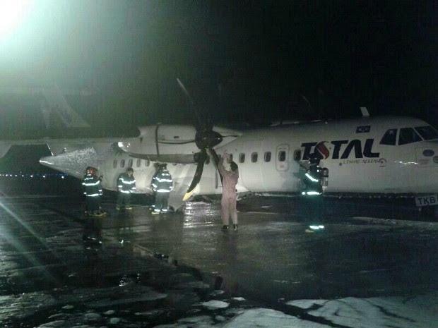 Bombeiros foram acionados e auxiliaram na saída dos tripulantes (Foto: Divulgação/Corpo de Bombeiros)